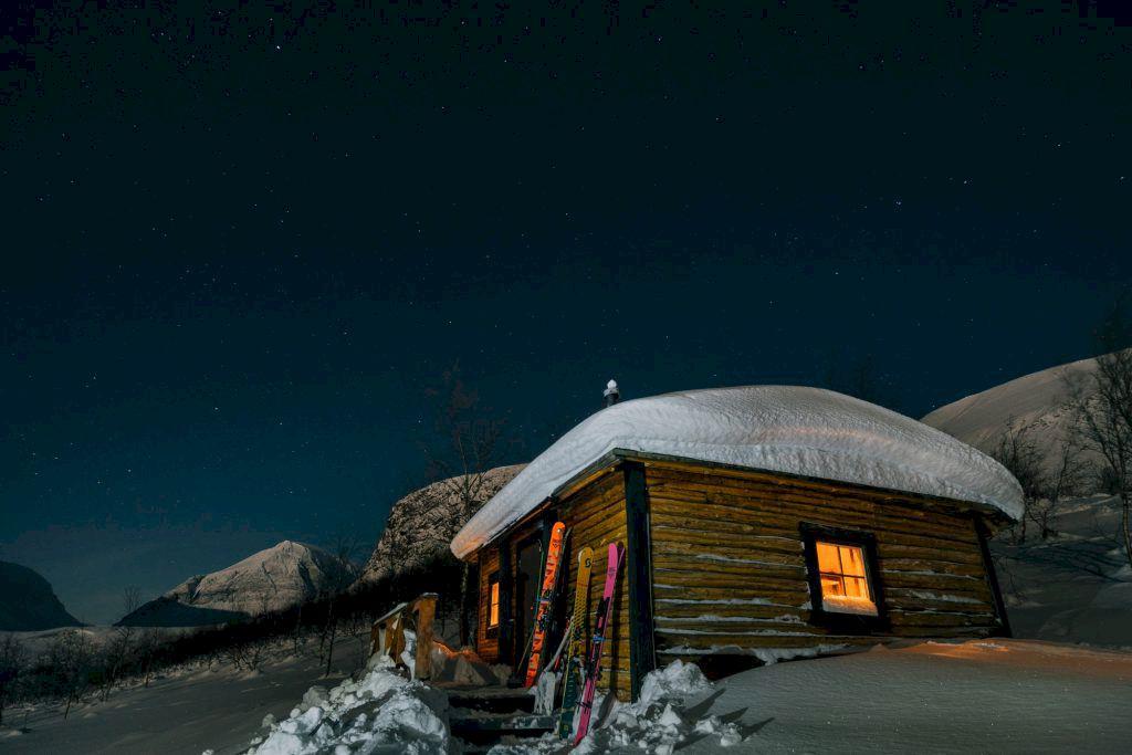 Ski-in-ski-out läge  vid fjällets fot. Värme inomhus finns som tillval.  Foto: Emrik Jansson