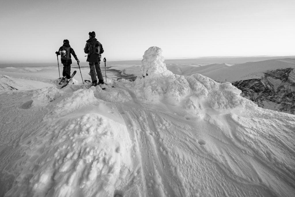 Vidsträckt vy från toppen. I botten av dalgången syns kalldimman från de ännu ofrusna bäckarna. Foto: Emrik Jansson