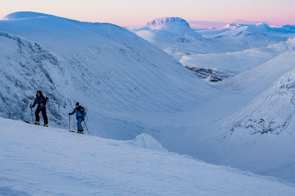 Kristofer Turdell och Peter Nilsson närmar sig toppen av Tuolpagorni. Solen är på väg upp. Foto: Emrik Jansson