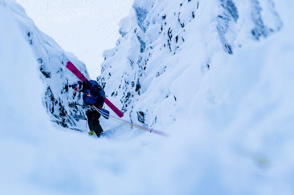 Repellering nerför den smala rännan från toppen av Tolpagorni. Foto: Emrik Jansson