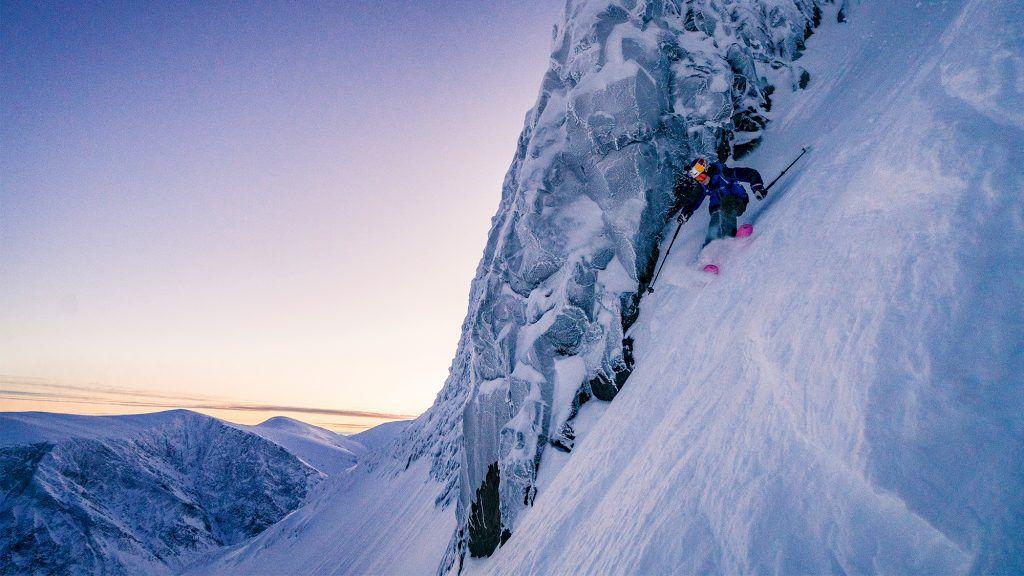 Kristofer Turdell i toppen av grytan på Tolpagorni, Sveriges kanske vackraste åk. Foto: Emrik Jansson