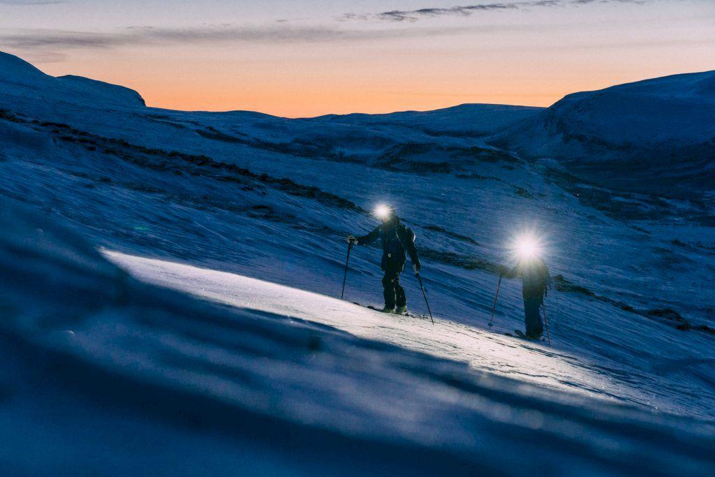 Turande i gryningen, några timmar före soluppgången. Några timmar och en kvart före solnedgången. Foto: Emrik Jansson
