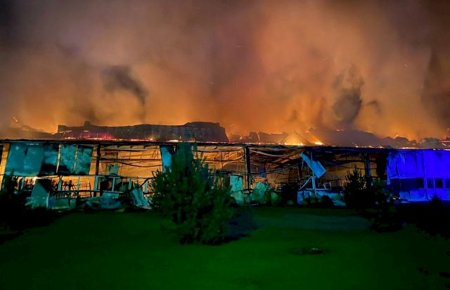 Jättebrand förstör Europas största skidfabrik