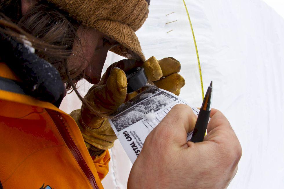 Följ med skidpatrullen på världens snöigaste skidort