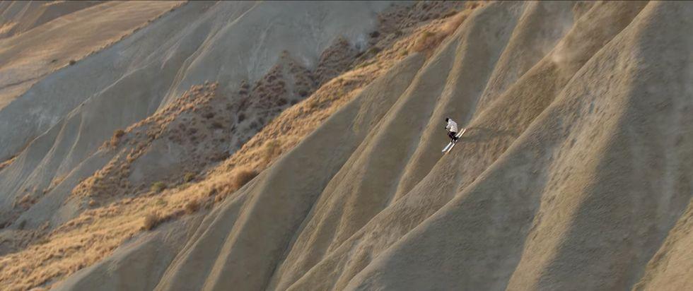 Candide vågsurfar med skidutrustning