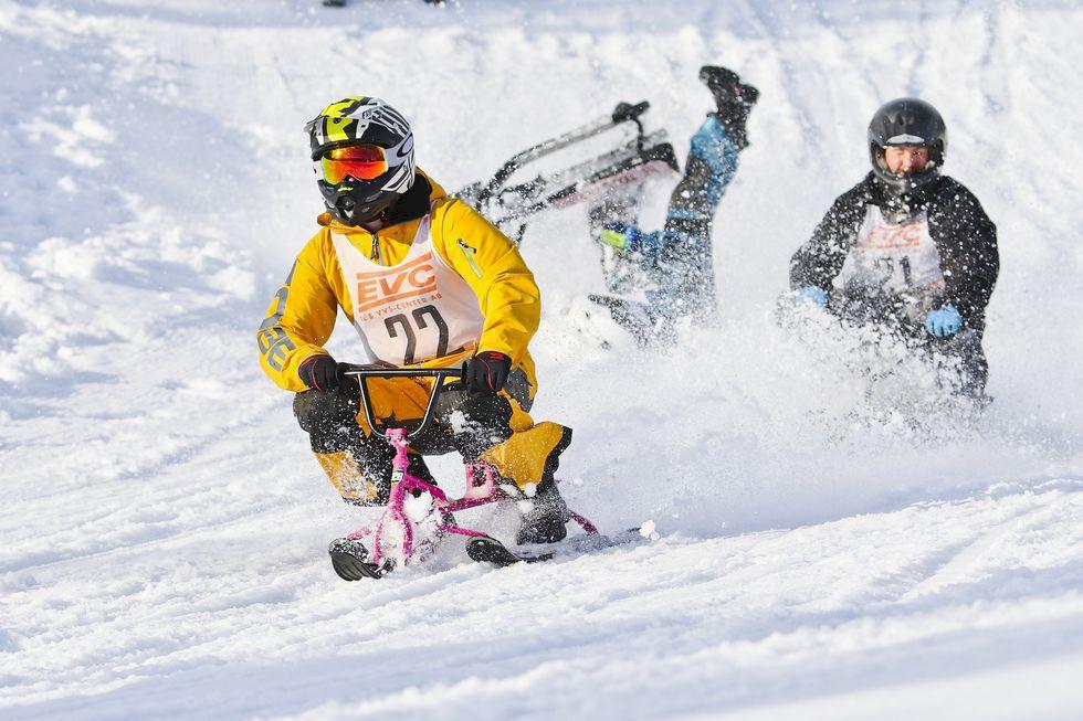 Tävla i skicross på snowracer