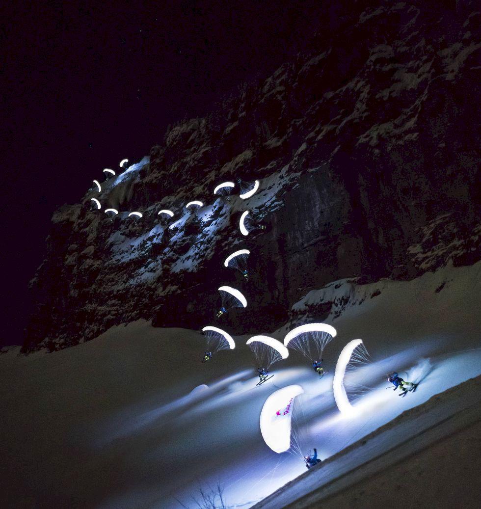Skärmflygning i mörkret över Chamonix