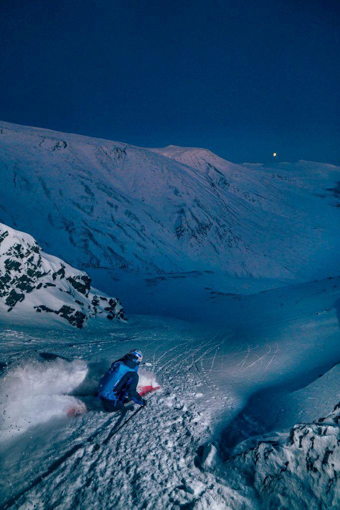 Dagarna under vintern är flyktiga och intensivt vackra. Solljuset är borta, månen på väg upp och Kristofer på väg ner. Foto: Emrik Jansson