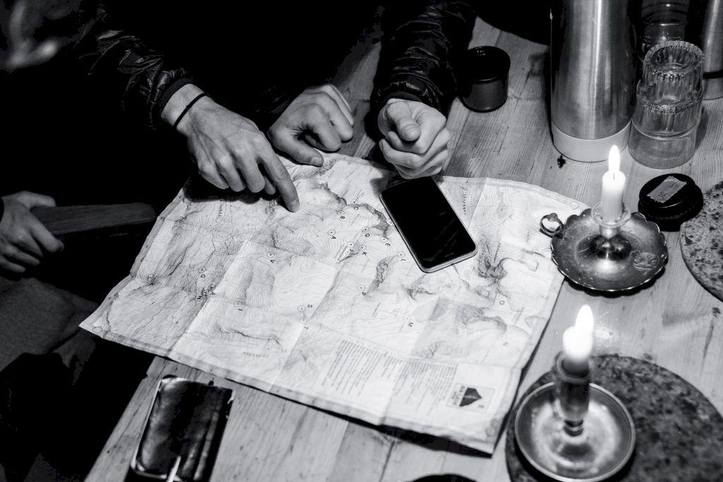 En topografisk karta  är helt oumbärlig på  stora toppturer. Foto: Emrik Jansson