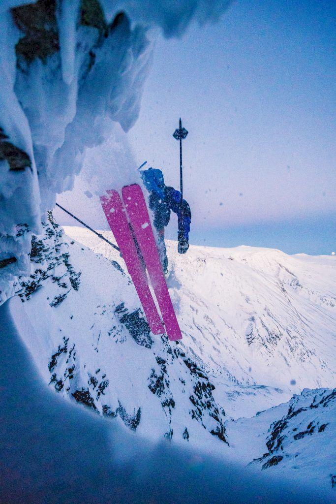 Kristofer Turdell hittar ett  dropp på väg in i den nedre  rännan på Tolpagorni. Foto: Emrik Jansson