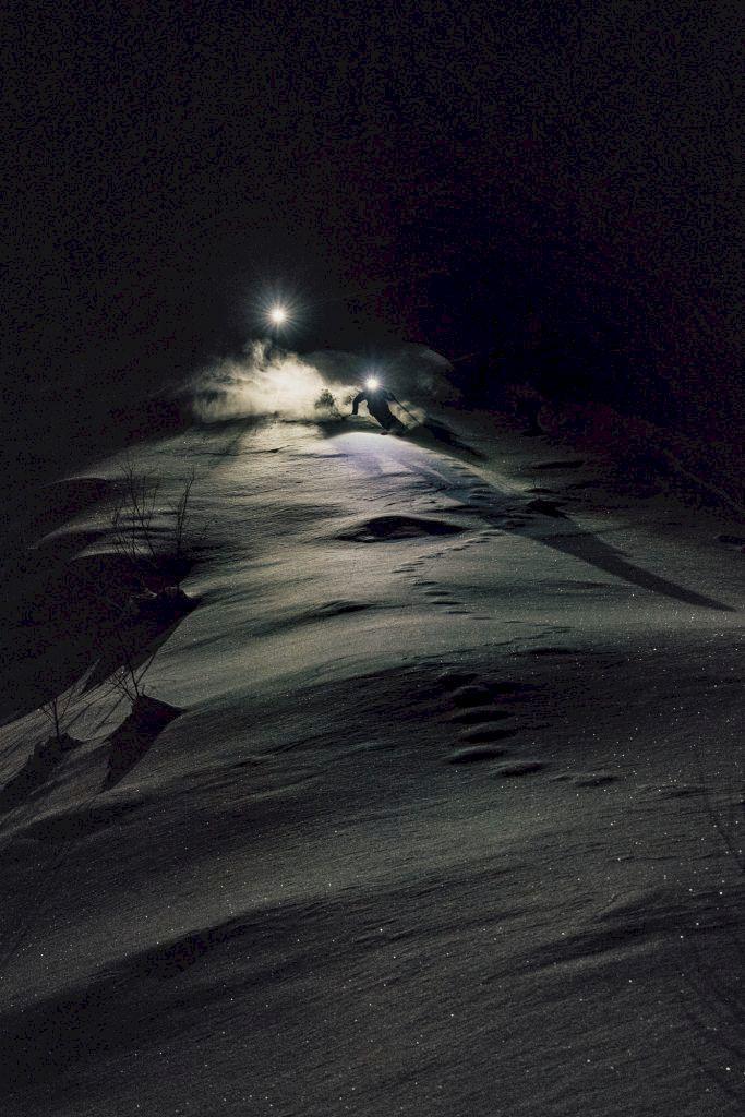 Kristofer Turdell  och Peter Nilsson ute  på kvällsåkning på väg mot Kebnekaise Fjällstation. Foto: Emrik Jansson