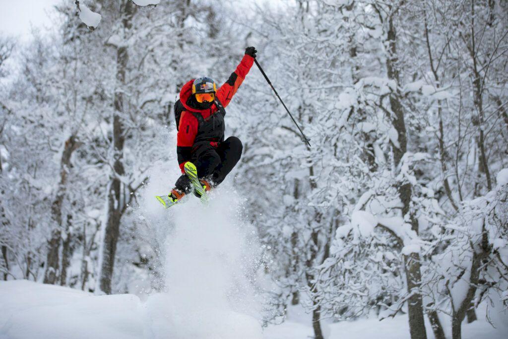 Kristofer Turdell värmer upp inför Freeride World Tour. Foto: Sophie Odelberg / Red Bull Content Pool