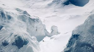 Kristofer Turdell droppar in i en ränna ner från Storsola, Sylarna. Foto: Whiteout Pictures / Redbull