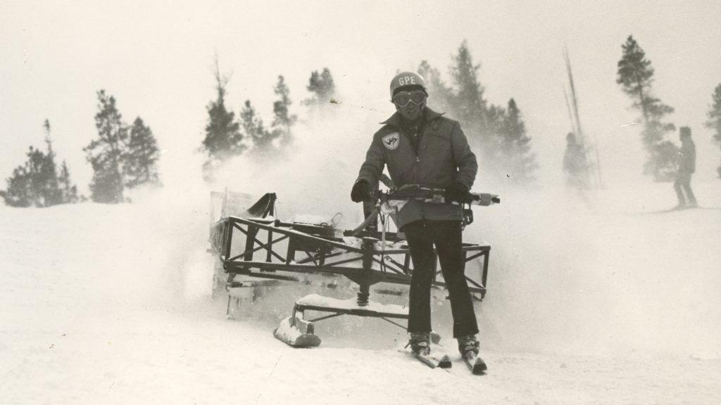 En av de första handdriva pistmaskinerna. 300kg tung och kördes rakt i fallinjen. Inga konstigheter. Foto: Colorado Snowsports Museum